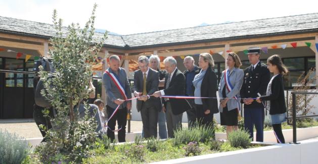 Inauguration des nouveaux bâtiments scolaires à Centuri en présence du maire David Brugioni et des représentants du Conseil départemental et de la sous-préfecture, en avril 2015.