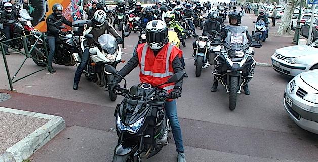 Les motards en colère manifestent dans les rues de Bastia