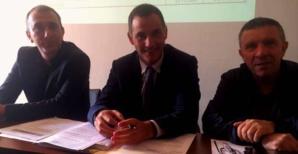 Gilles Simeoni, Président du conseil exécutif de Corse, entouré de Jean-Christophe Angelini, Président de l'ADEC et de François Sargentini, Président de l'ODARC, à l'assemblée générale de l'association au Palazzu Naziunale à Corti.