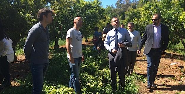 Le sous-préfet Sébastien Cecchi accompagné de Jean-Noël Luciani, responsable du FAFSEA qui a financé la formation et Olivier Pailly, directeur de l'unité de recherche du centre de l'INRA