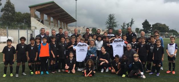 Une partie de la grande famiille du CAB rassemblée autour de Antoine Emmanuelli, le président du club, a remis aux représentants du collectif du 5-Mai,  le maillot spécial arboré par les footballeurs bastiais la semaine dernière à Strasbourg
