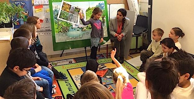Céline Pietrera explique la forêt aux élèves de CP de l'école de Casamozza