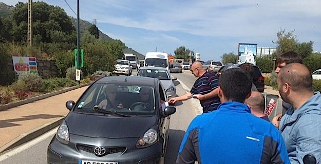 Barrage filtrant et distribution de tracts  à l'Ile-Rousse en soutien à Jean-Louis Emmanuelli