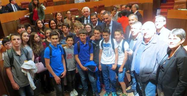 Les collégiens de la classe de cinquième bilingue de Corte avec les présidents de l'Exécutif et de l'Assemblée de Corse et des conseillers territoriaux..