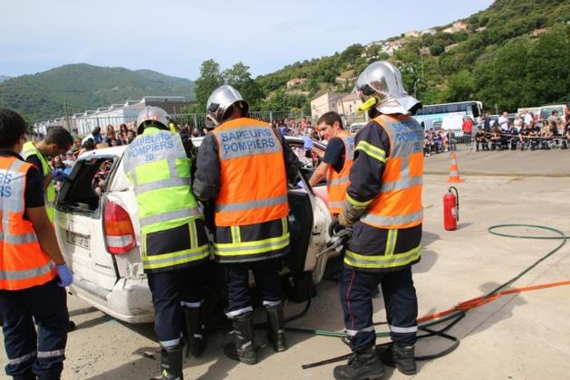 Manoeuvre secours routier sous l'oeil attentif des élèves