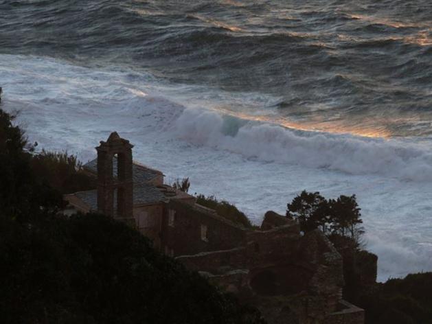 Même lorsque la tempête gronde Nonza conserve toute sa beauté (Photo Carine Poletti)
