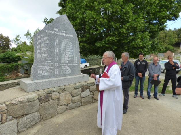 L'abbé Renucci bénit les stèles sur lesquelles ont été gravés les noms des 192 déportés d'Embrun.