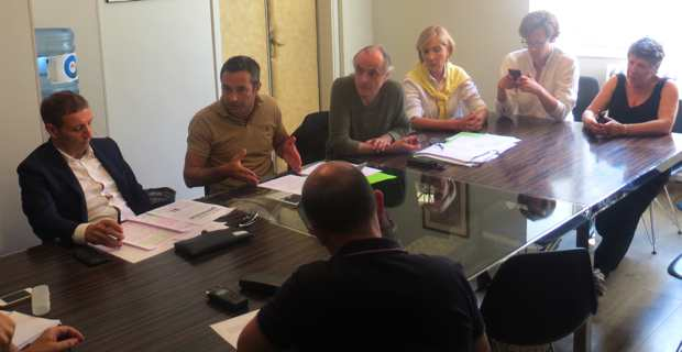 Les bâtonniers Me Jean-Sébastien de Casalta, du barreau de Bastia, et Me Jean-François Casalta du barreau d'Ajaccio, entourés des représentants de la Ligue des droits de l'Homme Corsica.
