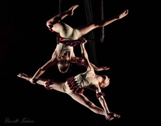 Lisandra et son amie Lesia lors de leur duo à l'occasion du spectacle de fin d'année de l'école de cirque de Marie Jo-Viviani