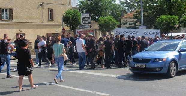 Premier rassemblement au rond-point à la sortie Sud d'Aleria.