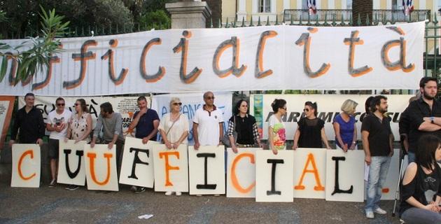 Manifestation  du collectif Parlemu Corsu à Ajaccio : « A Francia à a risa d'u Mondu »