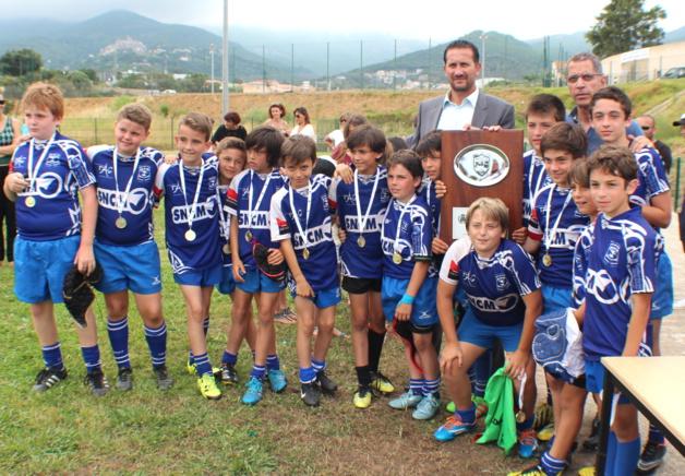 Bastia XV vainqueur en U12 récompensé par Pierre Savelli, maire de Bastia et Louis Pozzo di Borgo, président de la commission sportive de la CAB.