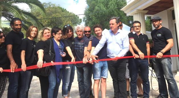 Guy Armanet, Rosa Prosperi, une partie de la municipalité de Santa Maria di Lota et les membres de l'association Monte Niellu à l'heure de l'inauguration de I Scontri e Pieve