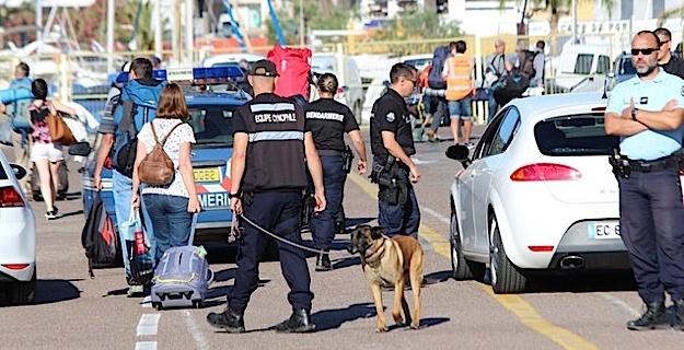 """Contrôles de Gendarmerie à l'arrivée du """"Corsica Victoria""""à Calvi"""