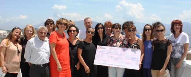 Sa Présidente Catherine Riera, les membres de l'association La Marie Do et la famille de Marie-Dominique Versini reçoivent le don – chèque de 2060 euros – de la part de Patrick Bressot, Directeur régional d'EDF et de l'équipe des Ressources Humaines sur le toit-terrasse du Centre de Corse, avenue Impératrice Eugénie à Ajaccio.