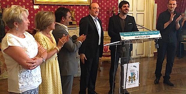 La médaille de la ville d'Ajaccio pour Patrick Fiori