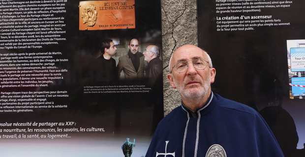 Christian Andreani, président d'u Centru culturale San Martinu Corsica devant le panneau du partage citoyen, Passage du pélerin, à Tours.