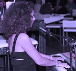 Musique et littérature : Anne Santelli présente son savoir-faire aux visiteurs de l'Office de Tourisme de Calvi