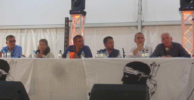 Jean-Christophe Angelini, conseiller exécutif, président de l'ADEC et secrétaire général du PNC, Saveriu Luciani, conseiller exécutif et préisdent de l'Office hydraulique, entourés des cadres du PNC.