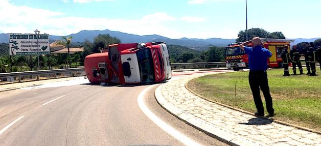 Ajaccio : Un véhicule du centre de secours se couche au rond-point de Baleone. Un blessé