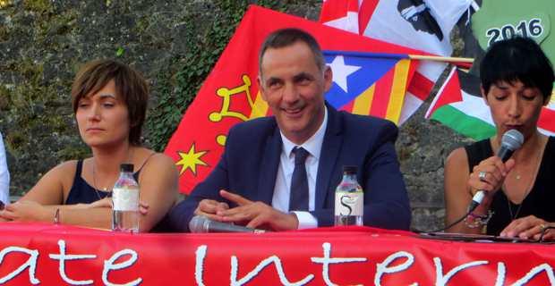 Le président du Conseil exécutif de Corse et leader des Nationalistes modérés de Femu a Corsica, Gilles Simeoni, aux Ghjurnate di Corti, entouré de Josepha Giacometti, conseillère exécutive, et de Vanina Buresi, militante de Corsica Libera.