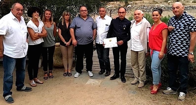 François Antonini entouré du maire et des membres du conseil municipal d'Oletta