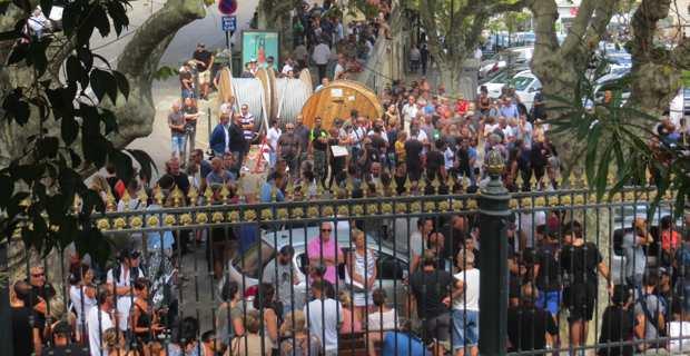 Des centaines de personnes, dont plusieurs militants nationalistes, rassemblées devant les grilles du palais de justice de Bastia en soutien aux deux prévenus siscais.