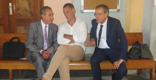 Ange-Pierre Vivoni, maire de Siscu, Gilles Simeoni, président du Conseil exécutif de la Collectivité territoriale de Corse et leader de Femu a Corsica, et président de l'Assemblée de Corse et leader de Corsica Libera, dans le hall du Palais de justice de Bastia.