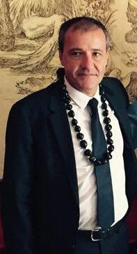 Jean-Guy Talamoni, avec autour du cou un collier polynésien, symbole selon O.Temaru de la fraternité Corse-Polynésie.