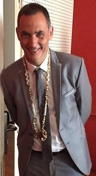 Gilles Simeoni, avec autour de son cou un collier polynésien.