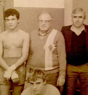 Jo  Tarrassenko (au centre) : l'un des grands représentants de la boxe insulaire.