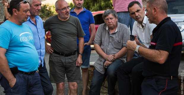 Antoine Vicenti, maire d'U Poghju d'Oletta, et Etienne Marchetti, maire de Barbaghju, samedi, lors de la visite sur site de Gilles Simeoni, président de l'Exécutif de Corse. @Photo Jean-Baptiste Andreani.