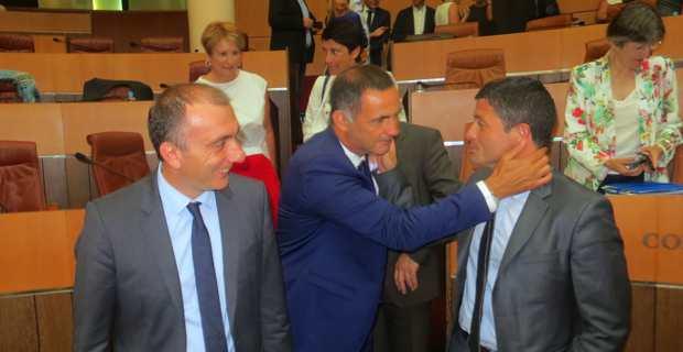 Le président de l'Exécutif, Gilles Simeoni, félicitant, le président de l'OTC, Jean-Félix Acquaviva.