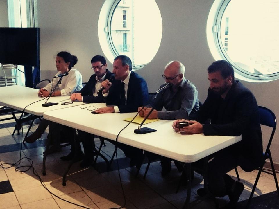 Réunion publique à Porto-Vecchio. de gauche à droite: Julie Giuseppi, Pierre-Antoine Tomasi, Jean-Guy Talamoni, Jean Biancucci et Paul-André Colombani.