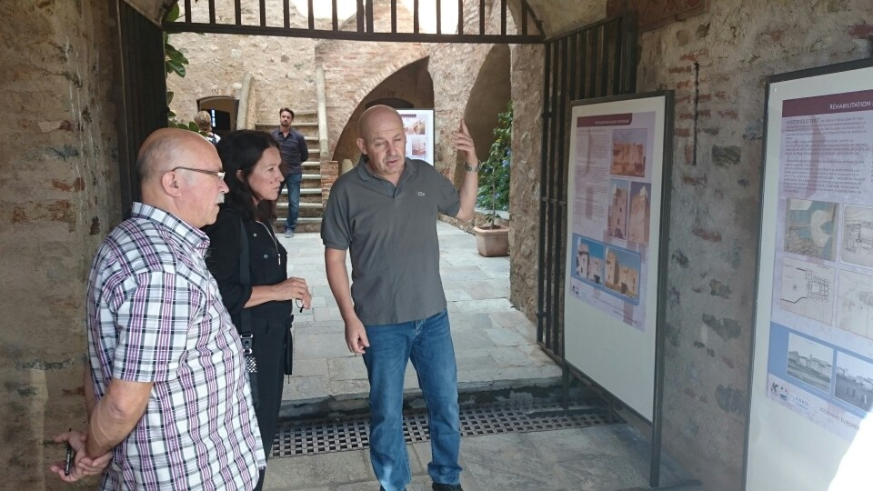 Francis Giudici et Marie Ange Pergola écoutent avec attention les explications des agents du musée.