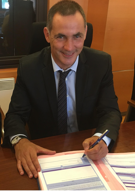 Gilles Simeoni, Président du Conseil exécutif de l'Assemblée de Corse, signant une convention avec la municipalité de Sartène.