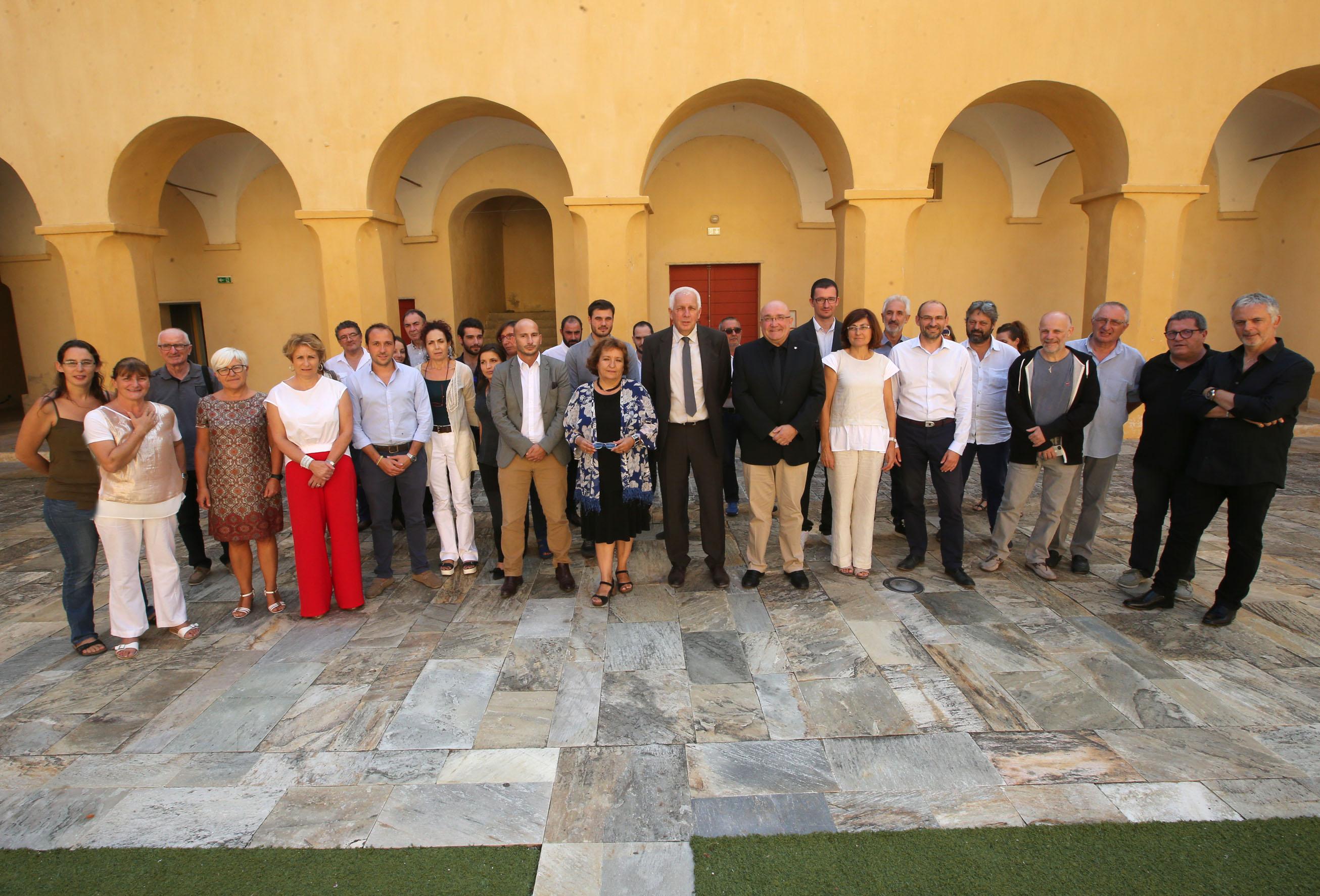 en présence de M. Patxi Baztarrika, vice-Ministre de la langue du Gouvernement autonome basque et de Mme Marta Xirinachs, sous-directrice des politiques linguistiques auprès de la Generalitat de Catalogne
