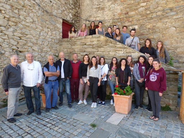 Les élèves de troisième année de l'école nationale supérieure d'architecture de Montpellier entourés de leur professeur, de leur directeur et du maire du village François Benedetti.