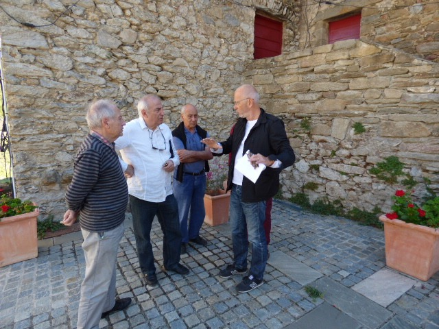 François Benedetti (Chemise blanche) échange avec le professeur encadrant.