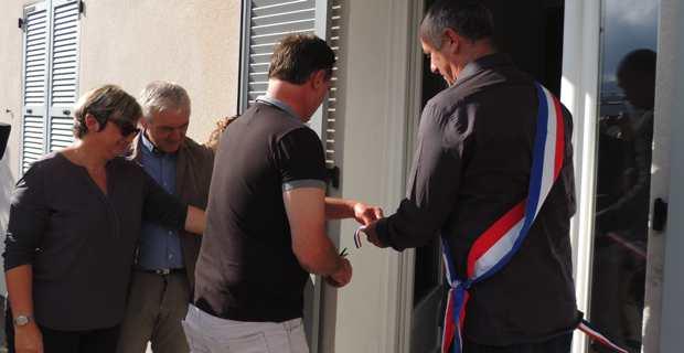 Le maire de Centuri, David Brugioni, et le nouveau médecin, le Dr Eric Coujard, coupent le ruban.
