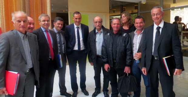 Les élus locaux et territoriaux du Centre Corse, du Niolu, de la vallée du Golu, de l'Aghja Nova et des Tre Pieve, autour du préfet de Haute-Corse, Alain Thirion, et du président du Conseil Exécutif de la CTC, Gilles Simeoni.
