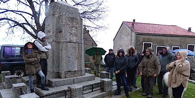 Au pied du monument dénudé de ses plaques de marbre, le collectif a désiré manifester sa désapprobation.