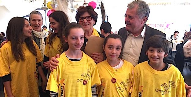 Le maire de Lucciana, Joseph Galletti, entouré des jeunes bénévoles de l'Association et de Mathée Filippi, animatrice responsable secteur de l'AFM