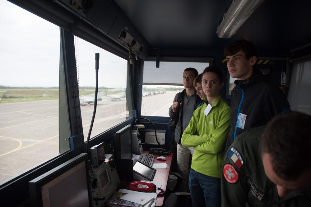 Le contrôle aérien militaire n'aura plus de secret pour les jeunes élèves. (Photo AA).