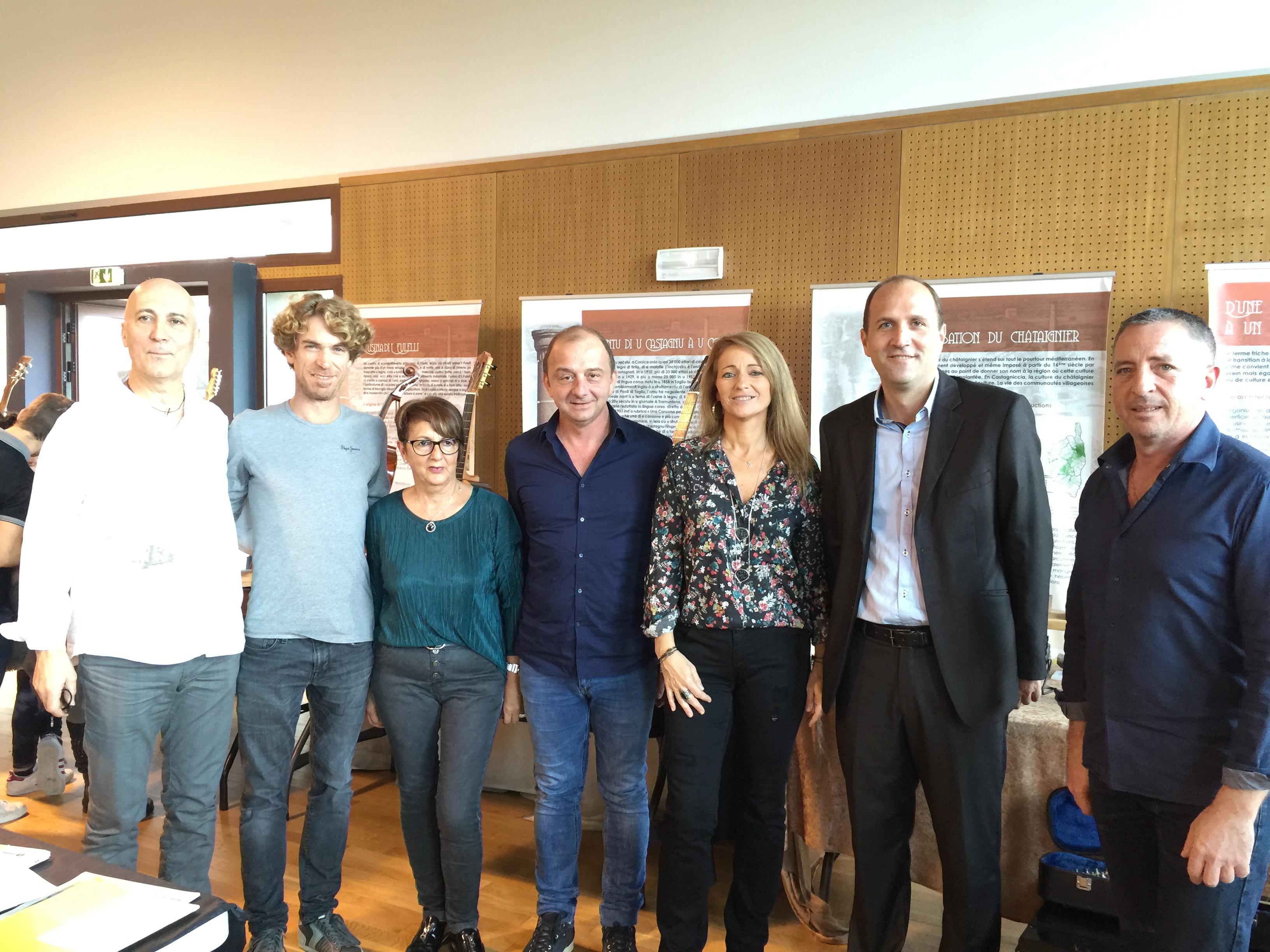 Raphaël Pierre entouré de Felì, du maire, Yannick Castelli et des vendeurs présents