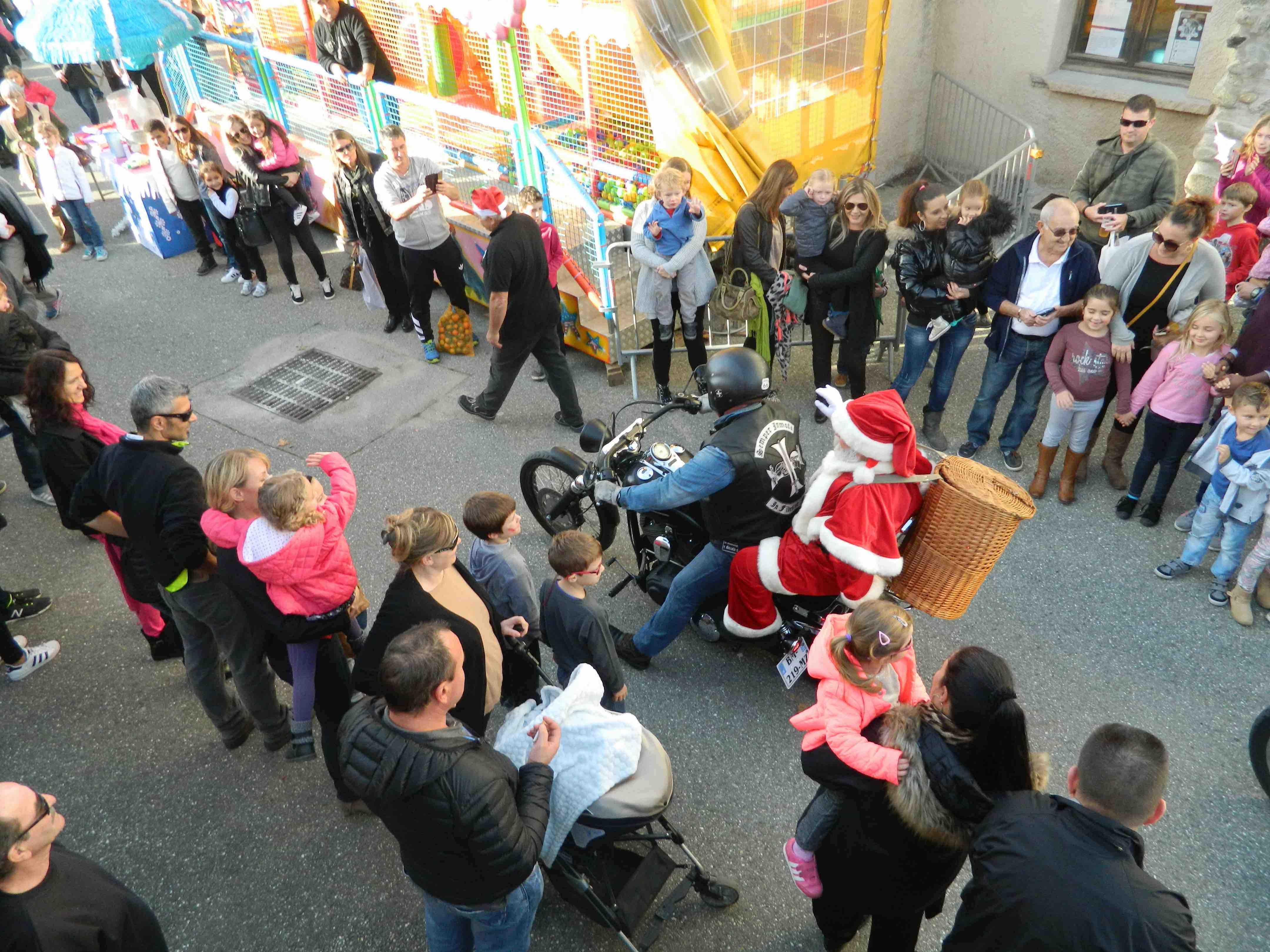 Christophe bénévole de l'association et membre d'une fraternité Biker a piloté le Père Noël.