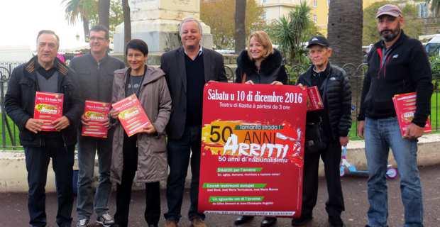L'équipe éditoriale d'ARRITTI, Max Simeoni, François Alfonsi, Fabienne Giovannini et Antonia Luciani, entourée des militants de Femu a Corsica.