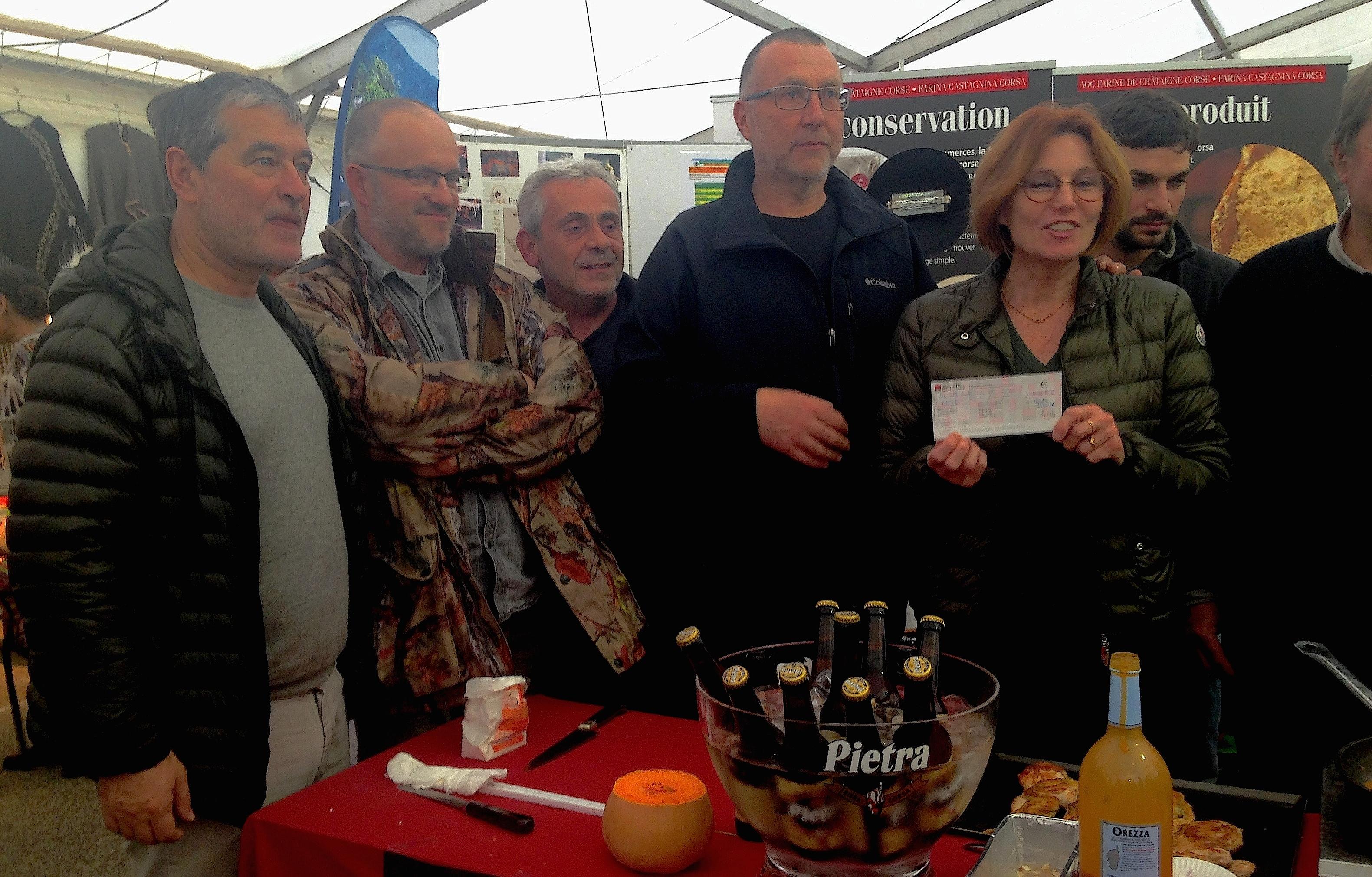 Dominique (à gauche) et Armelle Sialelli ont remis Pasquin Flori, président du GRPTCMC, un nouveau chèque de 10 000€