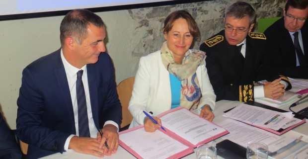 La ministre de l'Environnement, de l'énergie et de la mer, Ségolène Royal, signe, avec le président de l'Exécutif corse, Gilles Simeoni, un protocole d'accord pour l'arrivée du gaz naturel sur l'île.