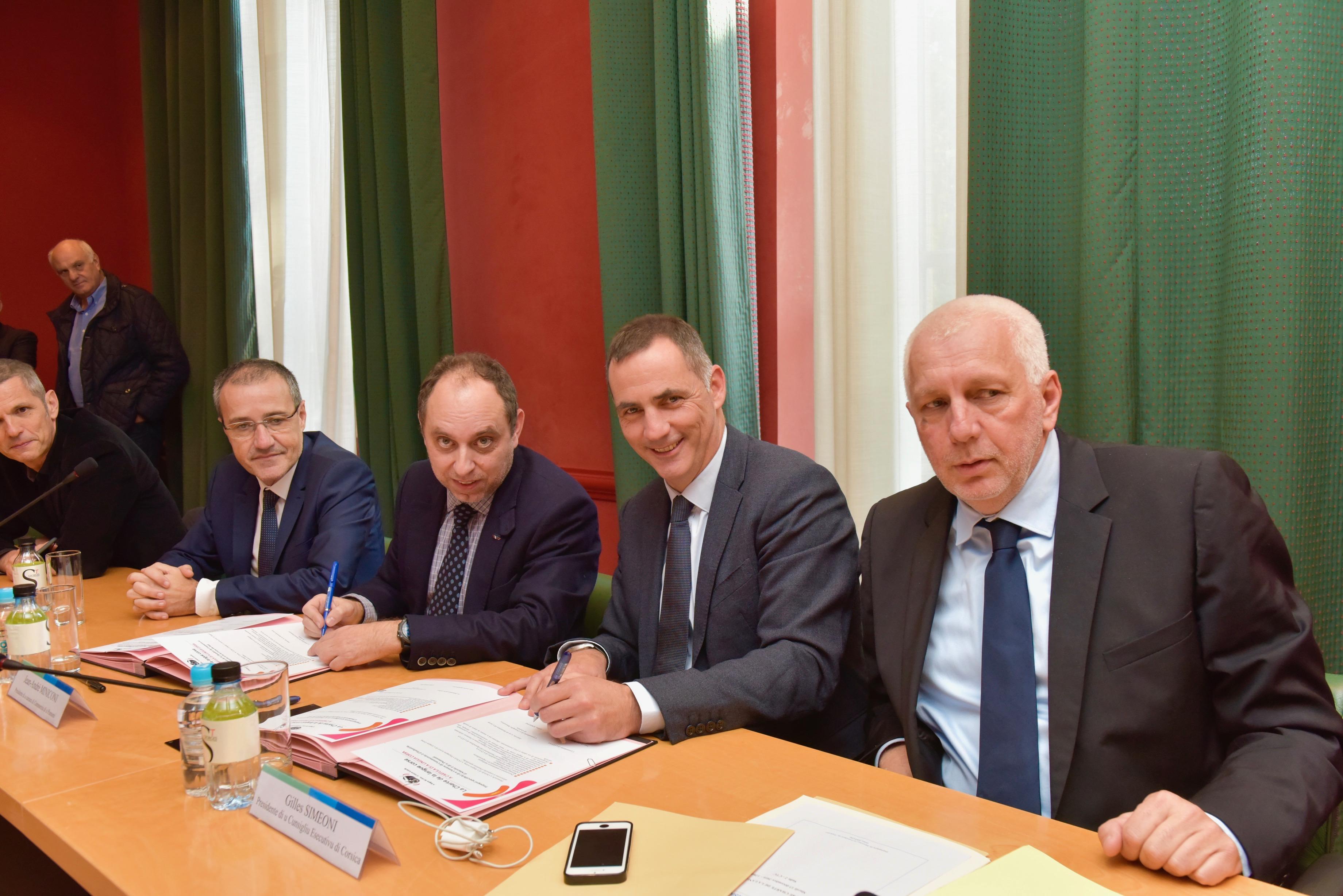 Jean-André Miniconi, président de la CCI de Corse-du-Sud et Gilles Simeoni, président du Conseil exécutif ont signé la charte en présence notamment de Jean-Guy Talamoni, président de l'assemblée de Corse et Saveriu Luciani, conseiller exécutif en charge de la langue corse.